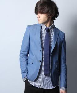 脱オタクファッションのテーラードジャケットの青